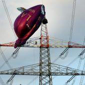 An Strommast verfangen – Ballon soll geborgen werden