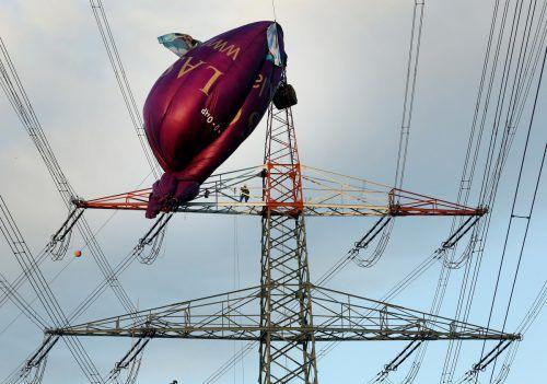 Nach den Passagieren soll nun der Ballon aus der Stromleitung befreit werden. dpa