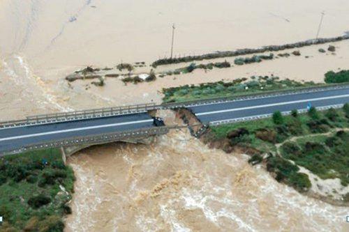 Nahe Cagliari (Sardinien) wurde ein Brückenteil weggeschwemmt.AFP