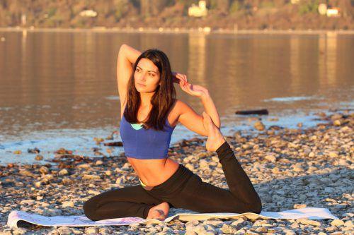 Nicht nur am Meer um Bali, sondern auch am Ufer des Bodensees trainiert Amira Abdel Dayem Yoga.abdeldayem