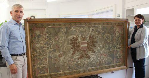 """Noch ein spektakuläres Fundstück: der Wandteppich aus dem Salon der """"Oesterreich"""". Als geteilte Kopie wird er wieder in diesem Salon hängen."""