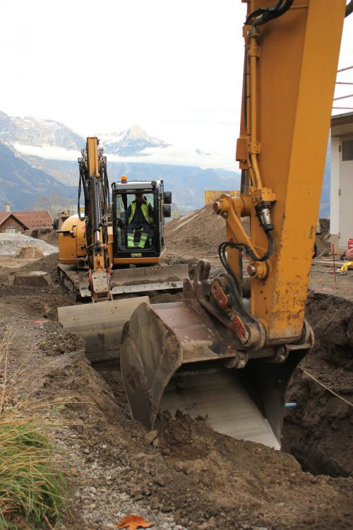 Obwohl in Bürserberg derzeit eifrig gebaggert wird, sind die Arbeiten in Verzug. VN/JS