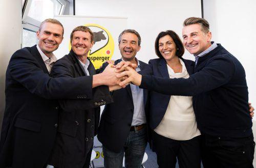Paul Köllensperger (M.) und Teammitgliederfeiern den Einzug der ListeKöllensperger ins Landesparlament. apa