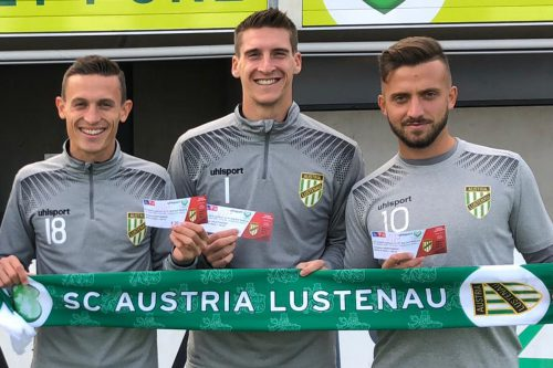 Präsentieren stolz den Cup-Fanschal: Das Austria-Trio David Otter, Kevin Kunz und Sandro Djuric (von links).Austria
