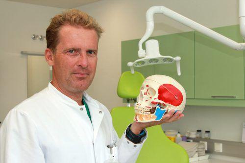 Primar Oliver Ploder erklärt den MedKonkret-Besuchern, was es mit Schmerzen in Gesicht und Mund auf sich hat. khbg