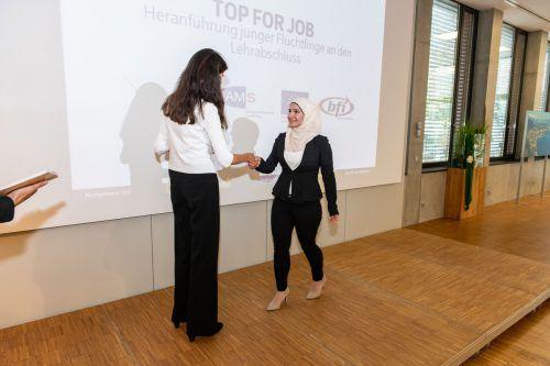 Projektleiterin Verena Rothart überreichte die Zeugnisse. ak/Gorbach