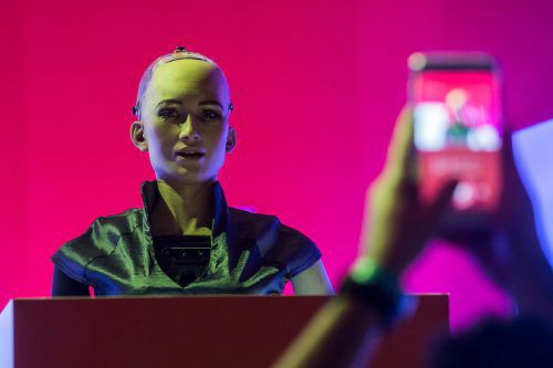 Roboter Sophia hat ein menschliches Aussehen. Mithilfe künstlicher Intelligenz kann sie eigenständig Dialoge führen. AFP