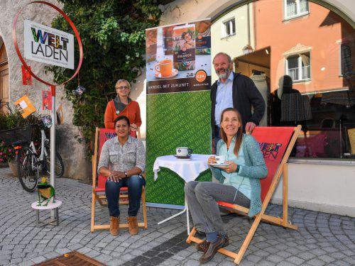 Sabine Klapf und Gustl Huemer (stehend) sowie Manuela Diaz Mendez und Birgit Calix freuten sich über die zahlreichen interessierten Besucher. VN/XL