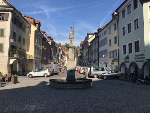 Im Moment stehen noch Autos in der Neustadt. Am Samstag, 15. Juni, wird hier die neue Fußgängerzone eröffnet. Archiv/Schweigkofler