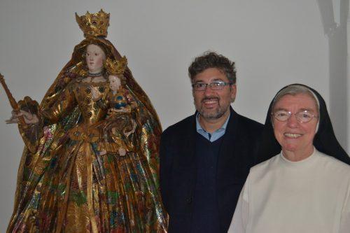 Schwester Kathrin und Michael Kasper vom Heimatschutzverein Montafon mit einer Maria-Figur aus Holz aus dem Rokoko. bi