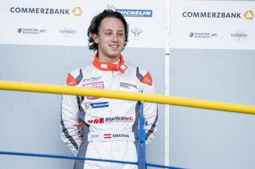 Sebastian Daum (im weißen Porsche) scheut sich nicht vor Zweikämpfen und sicherte sich schon drei Siege im Porsche-Super-Sports-Cup. Beim Finale möchte der Dornbirner den Titel sicherzustellen.PSCC