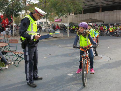 Sicherheitswache-Kommandant René Schreiber nimmt die Fahrradprüfungen ab. Gemeinde