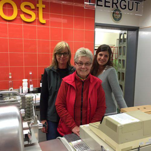 Sie betreiben den Gargellner Dorfladen und arbeiten gut zusammen: Elli Rhomberg mit ihrer Tochter Monika und ihrer Enkelin Amina. VN/KuM