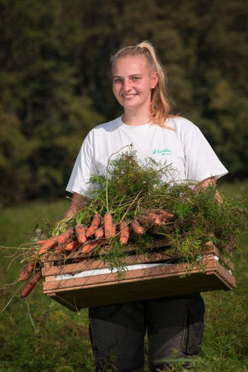 So schön und fruchtbar ist dieser Herbst. Das denkt sich auch Jungbäuerin Natalie, während sie frische Karotten erntet.Berchtold