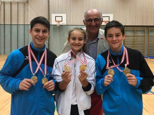So sehen Sieger aus. Eckart Neururer kam zum Gratulieren, nachdem die Lustenauer Karatekas in Götzis Medaillen abgeräumt hatten.