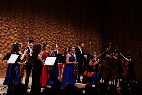 Solo-Geigerin Sara Domjanic mit dem Ensemble Esperanza. DD