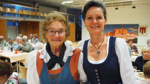 Sophia und Sonja in derOriginal-Tracht aus Südtirol.