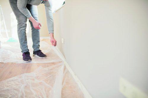 Sorgfältiges Abdecken schont den Boden sowie Ausstattung und Steckdosen.