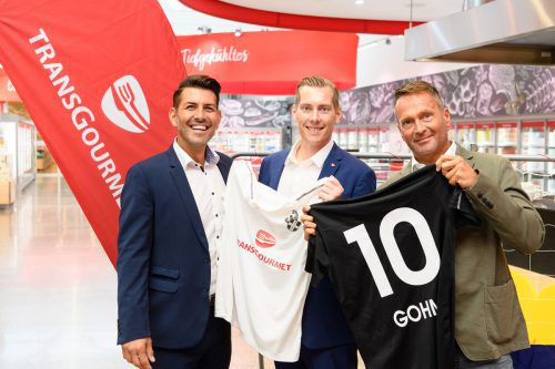 SWB-Vize Mario Berti (links) und SW-Klubchef Thomas Fricke (rechts) überreichten Transgourmet-Gebietsgeschäftsleiter Manuel Gohm ein besonderes Geschenk.TG