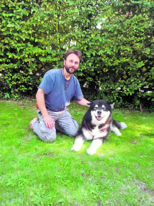 Tim Enderlein holte Skalli vor zwei Jahren aus dem Vorarlberger Tierschutzheim und bändigte den Problemhund. Heute sind die beiden rund um die Uhr zusammen.