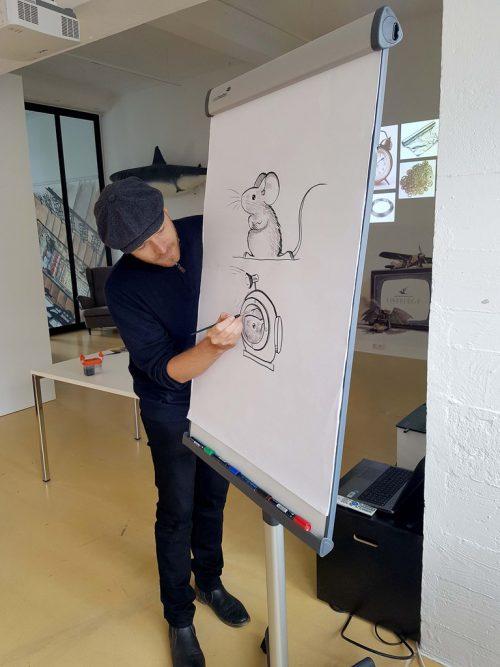 Torben Kuhlmann beim Zeichnen im Magazin 4 in Bregenz . Stadt Bregenz
