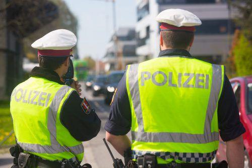Vorarlberger Verkehrspolizisten ließen die Falle für den flüchtigen Sattelzugführer zuschnappen: Sie stoppten ihn auf der Autobahn. VN/HB
