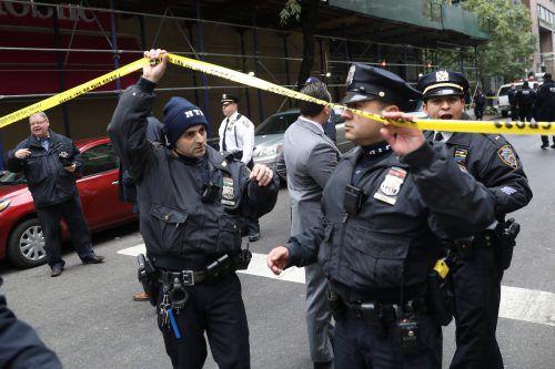 Wegen eines verdächtigen Paketes sperrten New Yorker Polizisten eine Straße bei einem Postamt in Manhattan ab. reuters