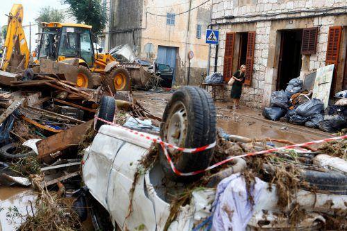 Wie Spielzeug wurden Autos von den Wassermassen weggespült und Bäume und Mauern umgerissen. Reuters