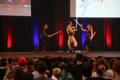 Zur Bühenenshow gehörten spektakuläreLichtschwertkämpfe.