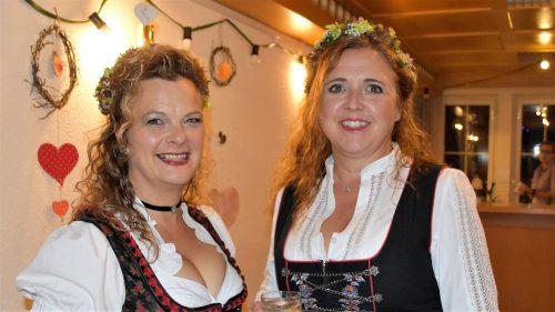 """Zwei """"HirtaMadln"""":Natalie und Erja."""