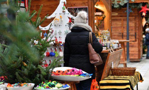 28 Prozent der Österreicher erledigen die Weihnachtseinkäufe Ende November bzw. Anfang Dezember. Frauen kaufen mehr Geschenke als Männer. APA