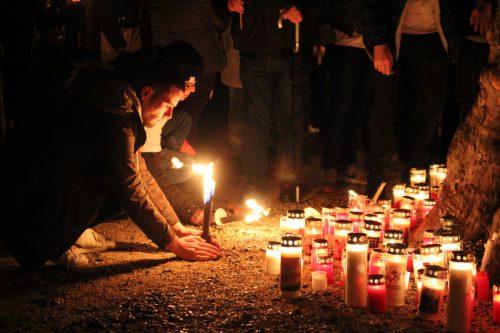 """Am Bregenzer Molo legten die Trauernden Kerzen und Grablichter zum Gedenken an """"Perry"""" ab. vol.at/Rauch"""