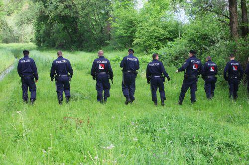 Am morgigen Donnerstag wird die Polizei Suchketten im Bereich um den Fundort der Verstorbenen bilden. Symbolbild VN/HB