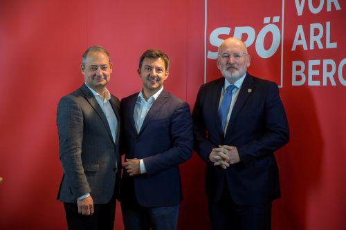 Andreas Schieder (links) und Frans Timmermans erklärten bei ihrem Besuch bei Martin Staudinger (Mitte) ihre Ziele für die Europawahl. VN/Paulitsch