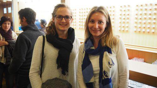 Anna Heinzle und Selina Güssl ließen sich vom Landesjugendchor bezaubern.