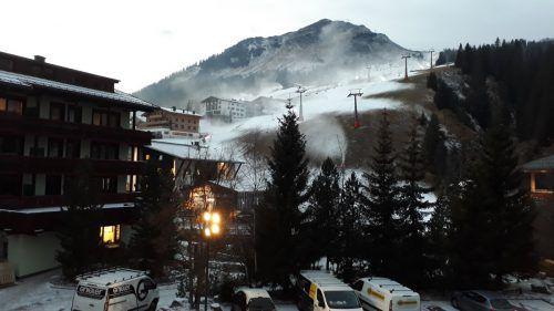 Auch am Arlberg, wie hier im Bild am Lecher Schlegelkopf, sind die Schneekanonen in Betrieb genommen worden.