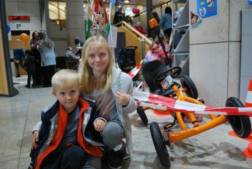 Auch kleine Sparer haben große Ziele: Leonie und Tim möchten den tollen Kettcar-Flitzer gewinnen.