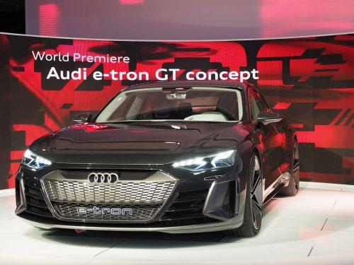 Audi zeigt in Los Angeles erstmals das Konzeptfahrzeug e-tron GT, das technisch auf dem Porsche Taycan basiert. Der Serienstart des Audi e-tron GT dürfte 2021 erfolgen.
