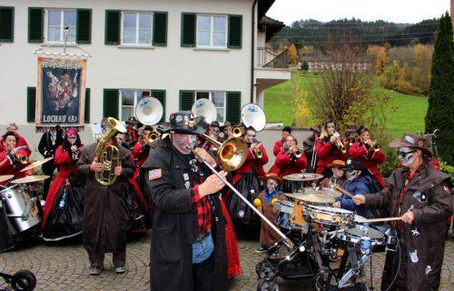 """Auf dem """"neuen Dorfplatz"""" in Lochau erklingen am Sonntag schräge Klänge, die den Faschingsstart verkünden.bms"""