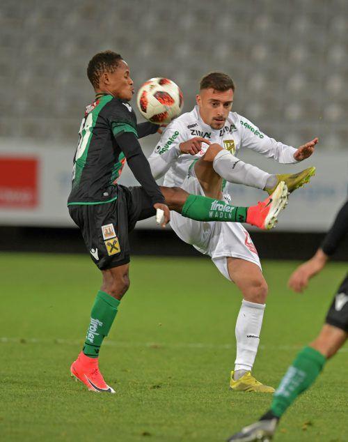 Austrias Maximilian Waack (rechts) im Kampf um den Ball mit Wacker-Spieler Abdou Karim Conte.gepa
