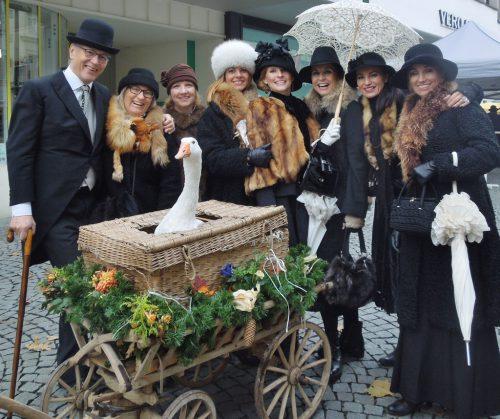 Beim 43. Martinimarkt werfen sich Damen und Herren wieder in Schale und kleiden sich wie in früheren Zeiten.cth