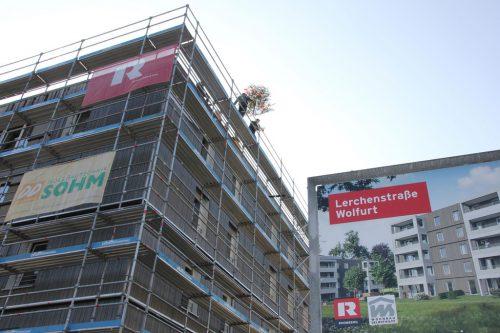 Beim Holzbauprojekt an der Lerchenstraße wurde der Firstbaum gesetzt.