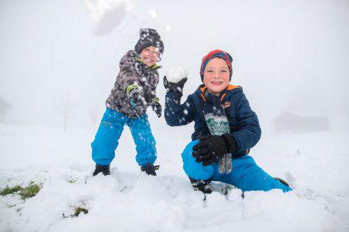 Bereits Ende Oktober konnten Lucas und Luis den ersten Schneemann der Saison am Bödele bauen. VN/SAMS