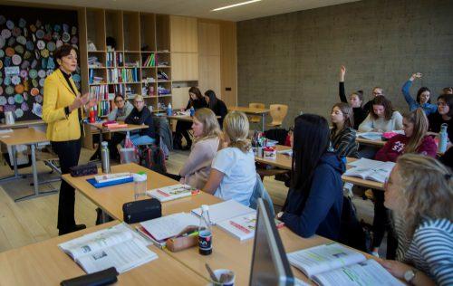 """Bernadette Mennel """"back to the roots"""". Die Ex-Schullandesrätin unterrichtet an der HLW Marienberg."""