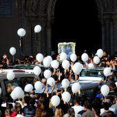 Ballons zum Abschied von Flutopfern