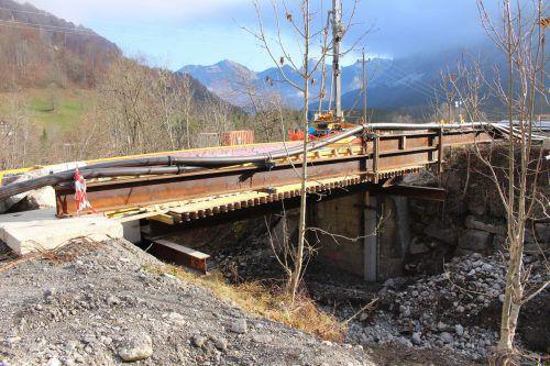 Bis zum Saisonstart soll die neue Brücke in Mellau befahrbar sein.