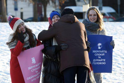 """""""Bleib ruhig und umarme jene, die in der Nähe sind"""" steht auf Plakaten: So gehen Kiewer Studenten mit der Krise um. afp"""