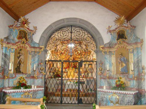 Blick auf die Altäre mit der Gnadenmutter, dem heiligen Sebastian (links) und dem heiligen Josef: Die Loretokappelle in Lustenau. VN