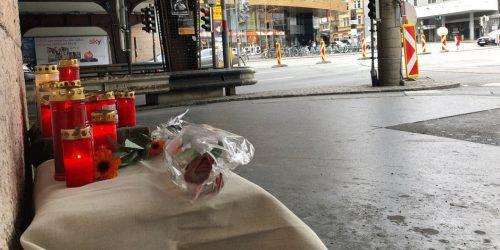Blumen und Kerzen am Tatort des Tötungsdeliktes in Innsbruck, dem ein 21-jähriger Bregenzer zum Opfer fiel. Zeitungsfoto.at
