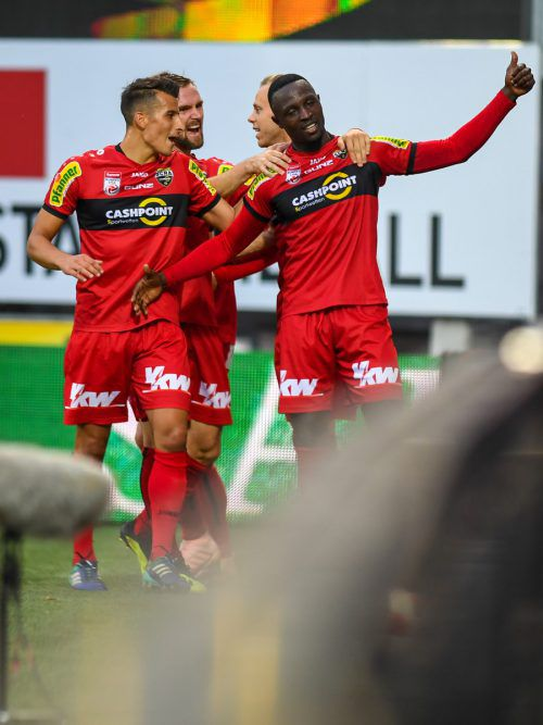 Brian Mwila (r.) erzielte beim 6:3-Sieg über Innsbrucks Amateure zwei Treffer.gepa